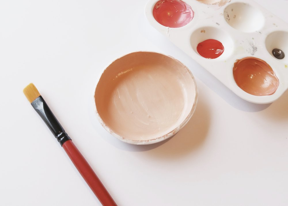 4. - Wash off any dust from sanding and dry thoroughly before painting the middle of your dish with acrylic paint. I chose to mix up this lovely orange-peachy colour and only painted the inside of the dish. Leave this to dry completely.