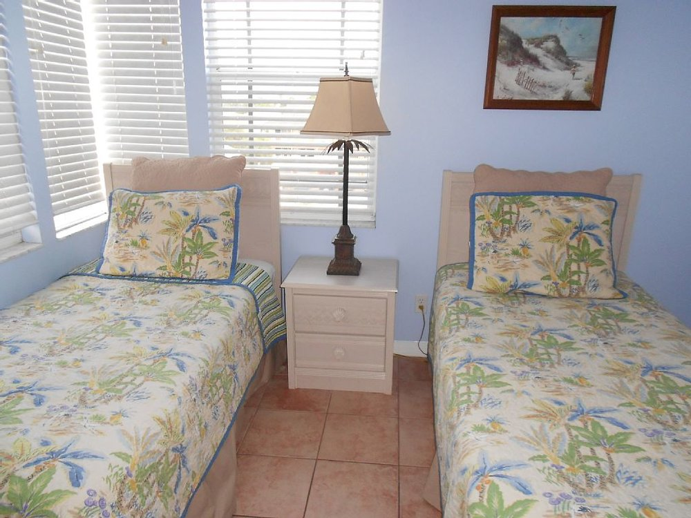 Guest room twin.jpg