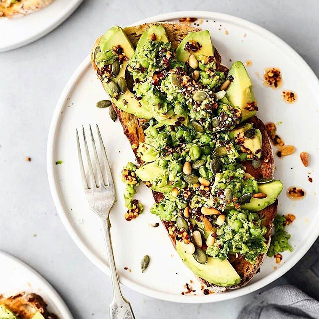 """Notice that autumn is more the season of the soul than of nature."" -  Friedrich Nietzsche. #toasttuesday cc: @  #Repost @toastsforall ・・・ #Vegan toast with sliced #avocado, smashed peas with mint and spinach, toasted seeds and chilli oil 💚 By @cupfulofkale"
