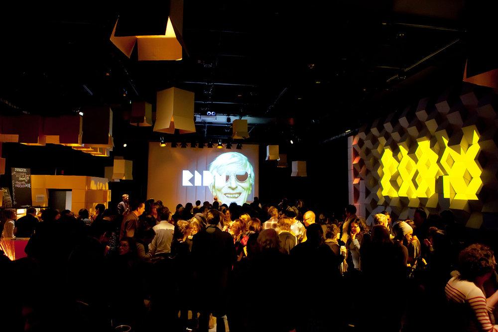 Conception du lounge pour les RIDM 2012, thématique fabriquée autour de boites de carton mélangeant projection, impression et suspension