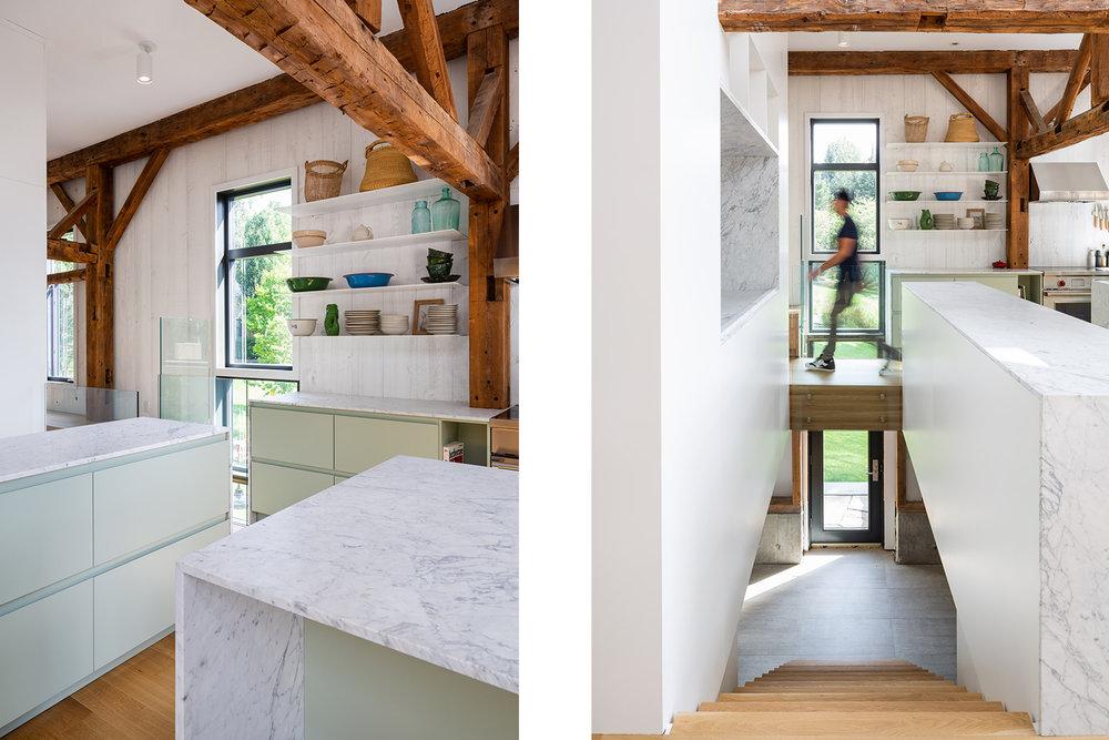 Cuisine avec comptoir de marbre bianco carrara. Ancienne structure de bois apparente. Murs de pruche et plancher de chêne blanc. Caisson laqué vert pâle. Passerelle au-dessus de l'escalier