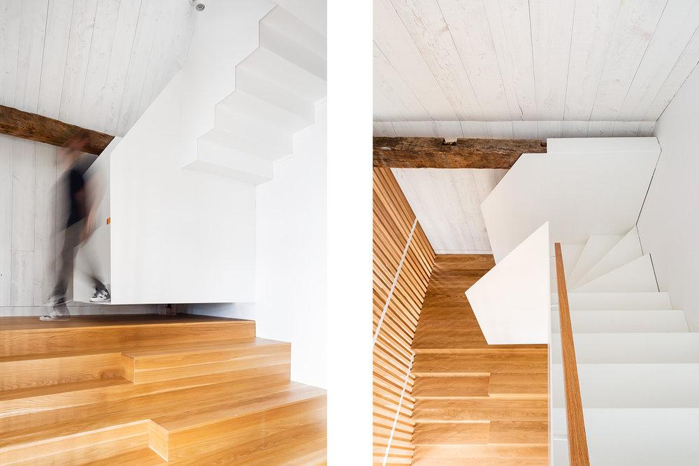 Escalier en 2 sections. Base de type podium en chêne blanc et section du haut suspendue en acier blanc. Garde-corps et main courante en chêne. Mur de pruche peint blanc