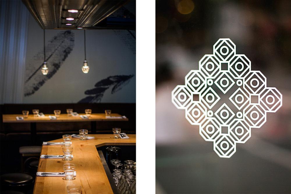 Vue du comptoir bar fait en érable à sucre. Mural en arrière plan composée de plumes pixelisées. Motif blanc d'inspiration mandala fait à partir d'une déclinaison du logo du restaurant