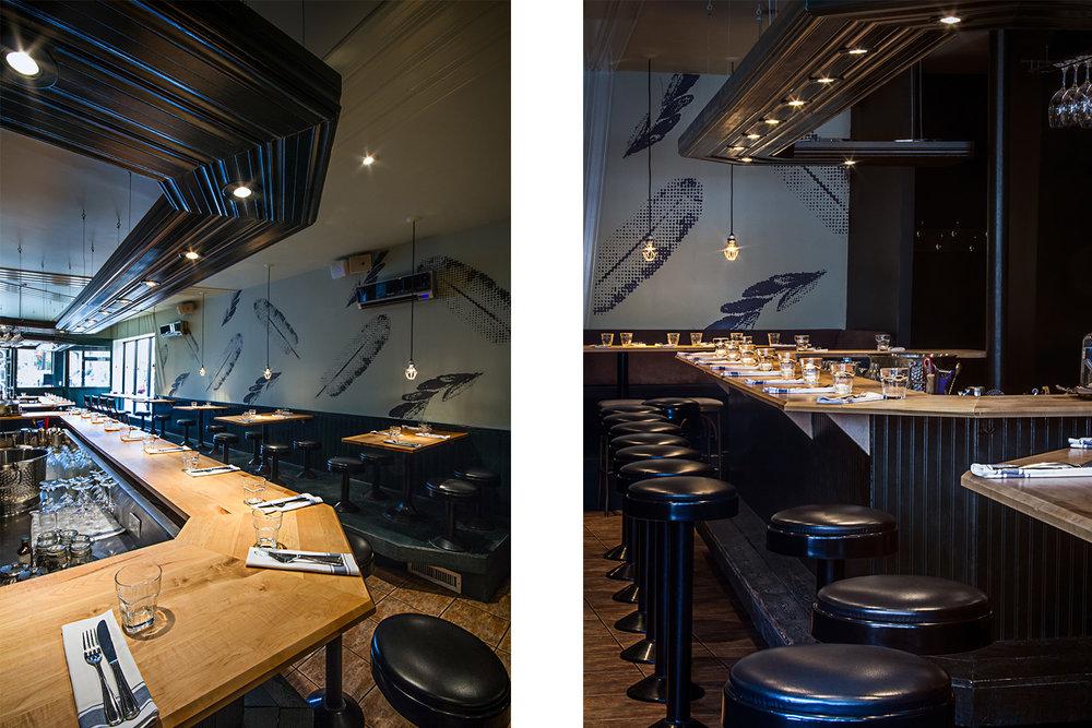 Vue du bar fini érable. Moulures décoratives finies lustrées vertes rabattues suspendues au-dessus du comptoir avec éclairage intégré. Mural en arrière-plan composée de plumes pixelisées