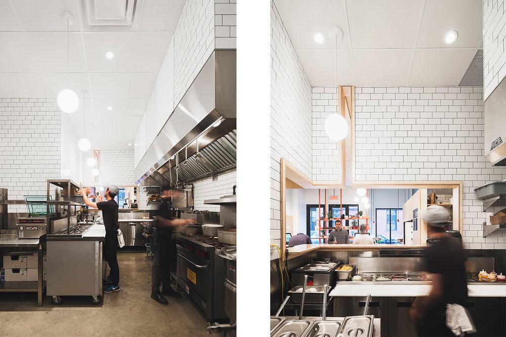 Intérieur de la cuisine de préparation. Des luminaires provenant de la salle à manger traversent le mur par une meurtrière prévue à cet effet. Plancher de béton et équipements de stainless