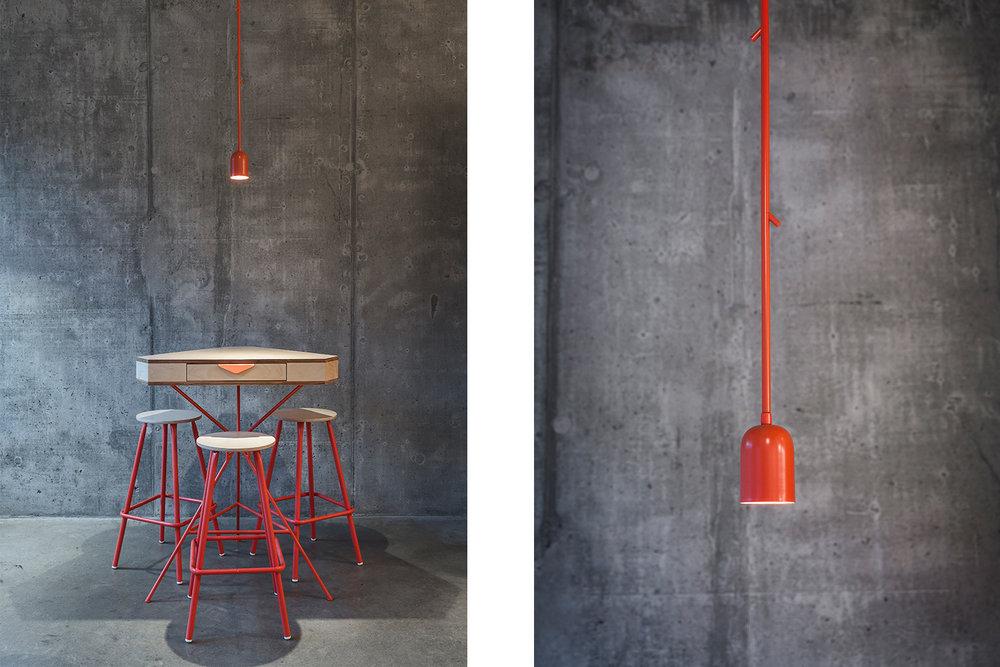 Signalétique fait sur mesure pour le restaurant. Plaque d'aluminium rectangulaire fini à la peinture cuite orange-rose avec le mot : Toilette découpé au laser. Élément sur mur de céramique blanche