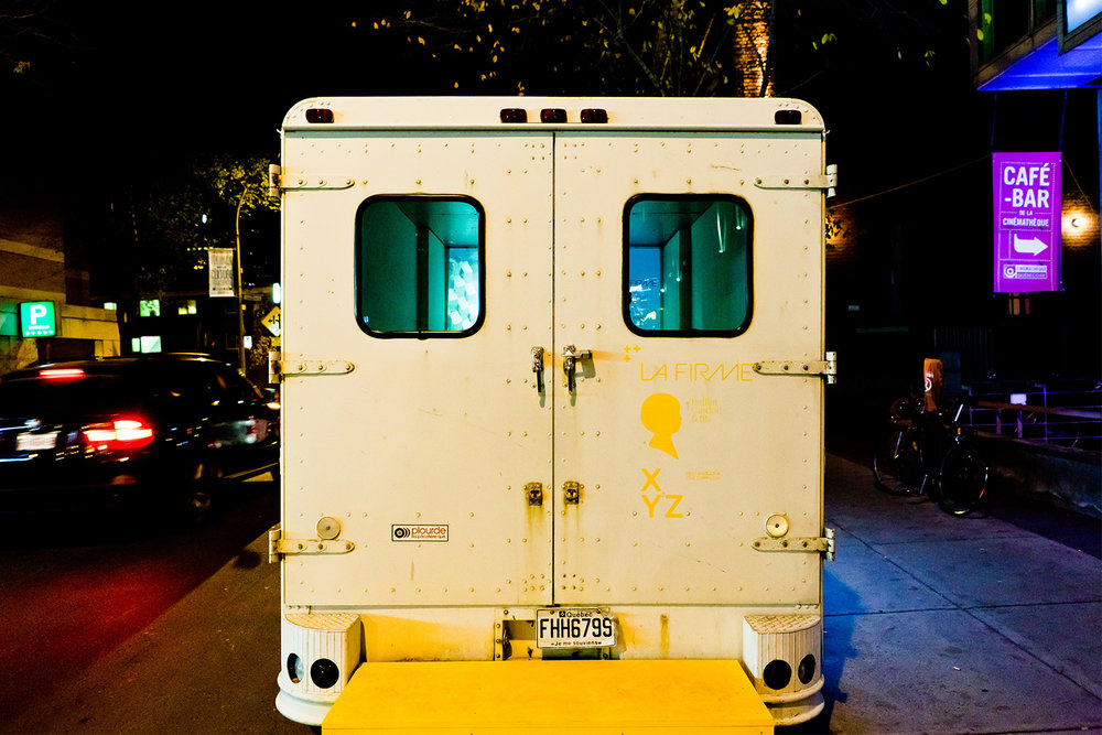 Vue arrière du camion La Firme utilisé pour les RIDM. Projection à l'intérieur et aménagement