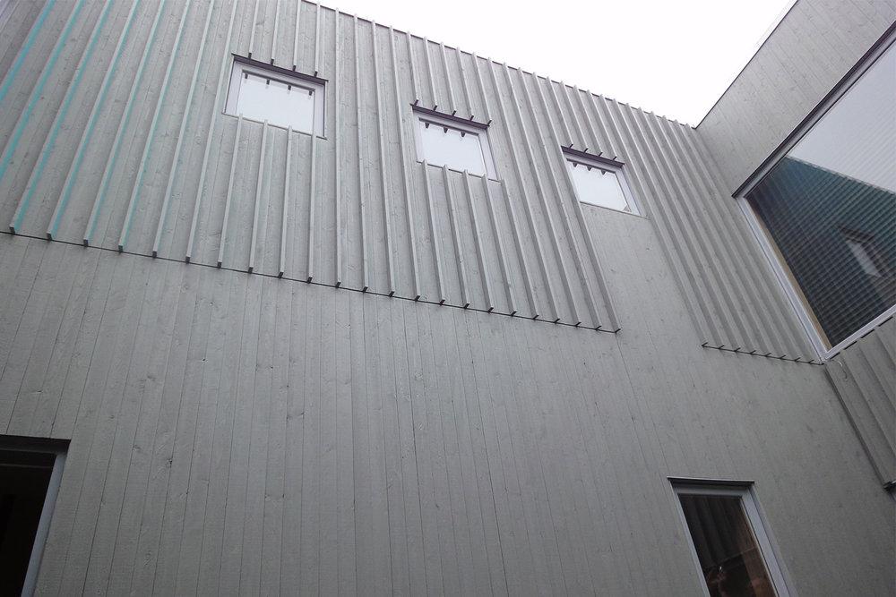 Détail du parement de bois extérieur. Board and batten moderne.