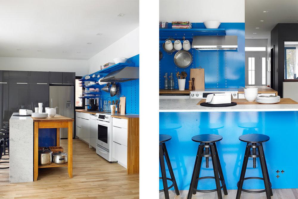 Rénovation de cuisine. Mur de rangement avec armoire ikea et frigo encastré. Îlot avec comptoir de quartz blanc et intégration d'une desserte en bois existante. Dos de l'îlot fini en acier peint bleu