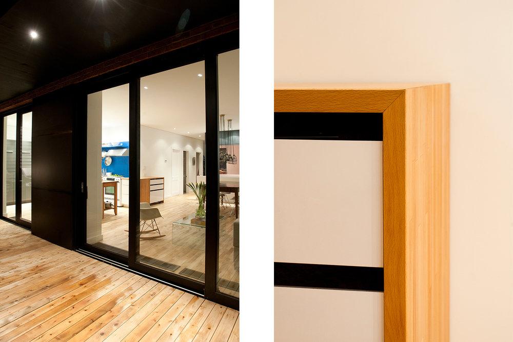Vue extérieur de l'appartement avec 2 grandes portes patio. Autre vue détaillée de mobilier sur mesure dans la cuisine. Dessus en bois naturel avec tiroir blanc laqué
