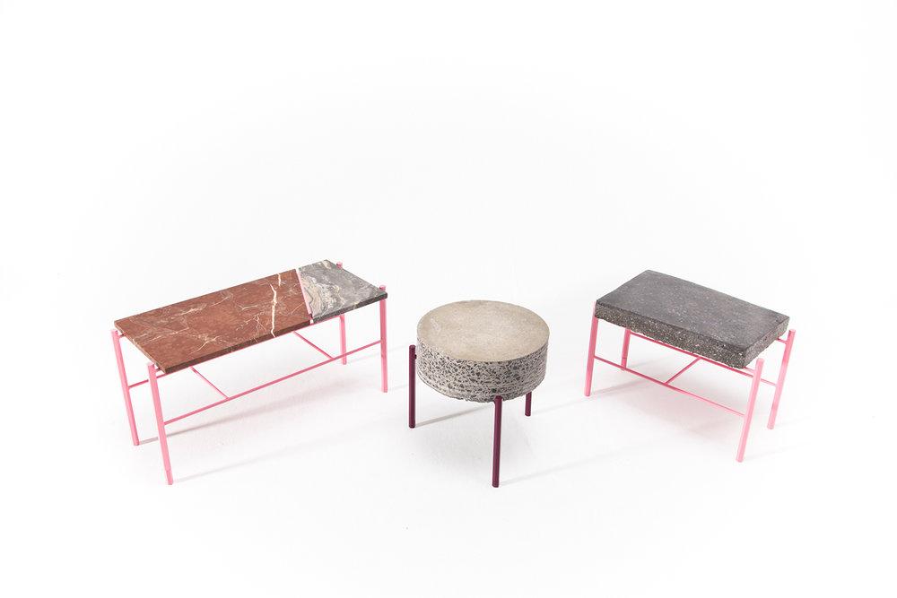 Table basse fait de retaille de béton ou de marbre. Piétement métallique fait sur mesure, léger et de couleur vive. Pattes faites de tiges de métal hexagonale rose, violette.