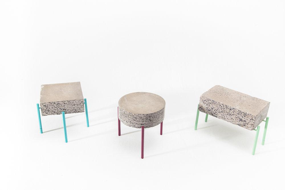 Petite table basse fait de retaille de béton recyclé. Piétement métallique fait sur mesure, léger et de couleur vive. Pattes faites de tiges de métal hexagonale bleu, bourgogne ou vert menthe