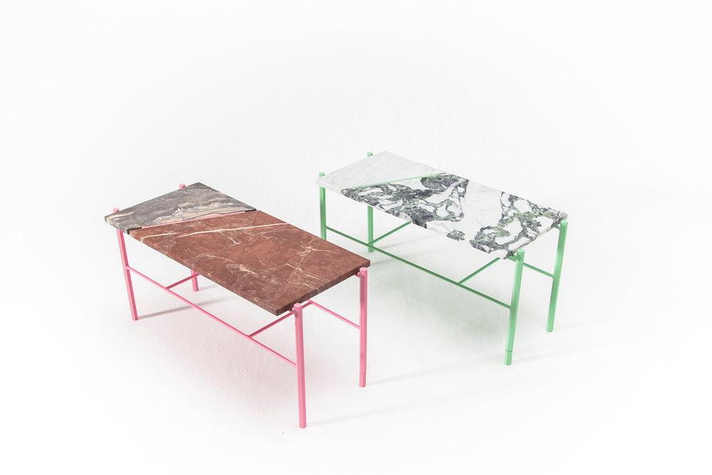 Table basse fait de retaille de marbre ou de pierre naturelle. Piétement métallique fait sur mesure, léger et de couleur vive. Pattes faites de tiges de métal hexagonale vert menthe ou rose