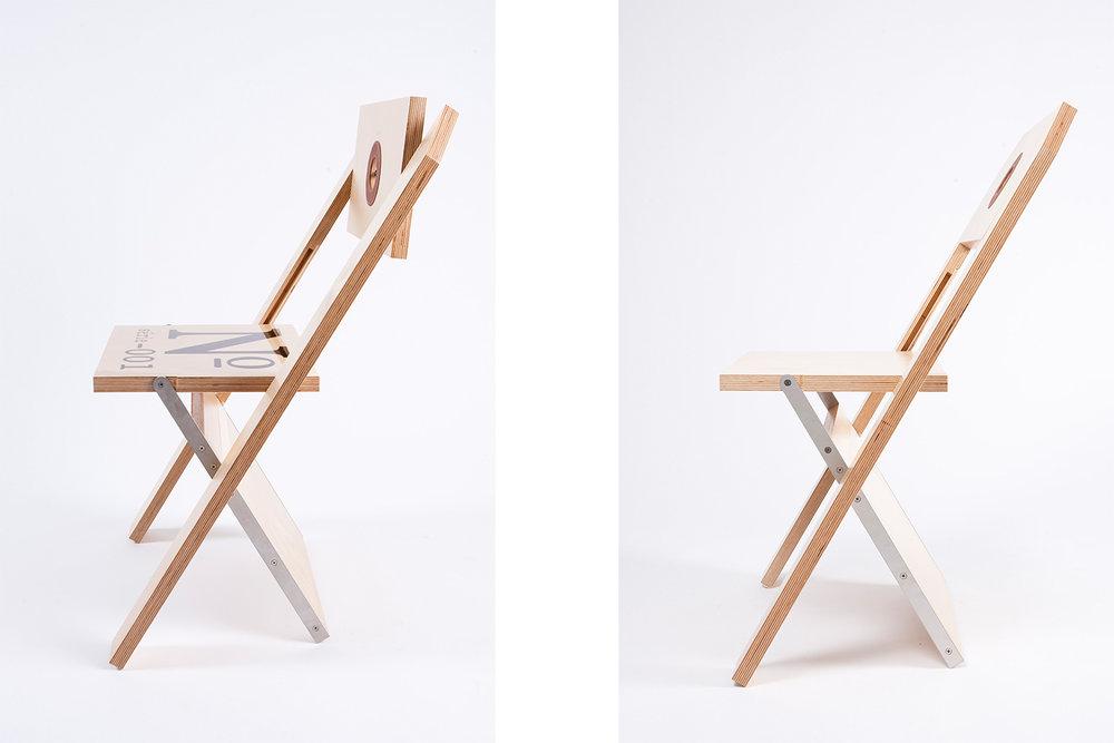 Vue de côté de la chaise pliante, qui ne fait qu'un pouce de largeur une fois repliée, afin d'être facilement rangée