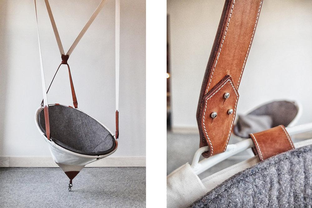 Chaise balançoire faite sur mesure. Recouvrement en feutre avec toile blanche et renfort en cuire brun. Structure métallique blanche suspendue avec bande de tissus blanche et attaches en cuire