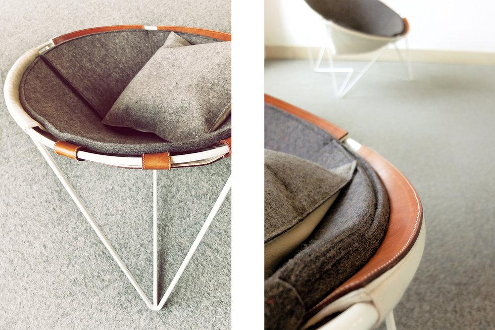 Détail d'l'assise des chaises faites sur mesure pour l'hôtel La ferme. Recouvrement en feutre avec toile blanche et renfort en cuire brun. Structure métallique en tige blanche