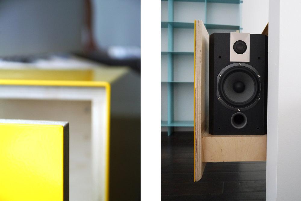 Meuble audio fait sur mesure pour rangement des disques vinyles. Tiroir dissimulant les enceintes. Fini du meuble laque jaune lustré