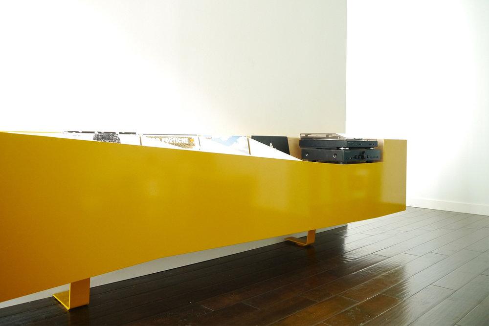 Vue à hauteur du meuble audio sur mesure pour rangement de disques vinyles.