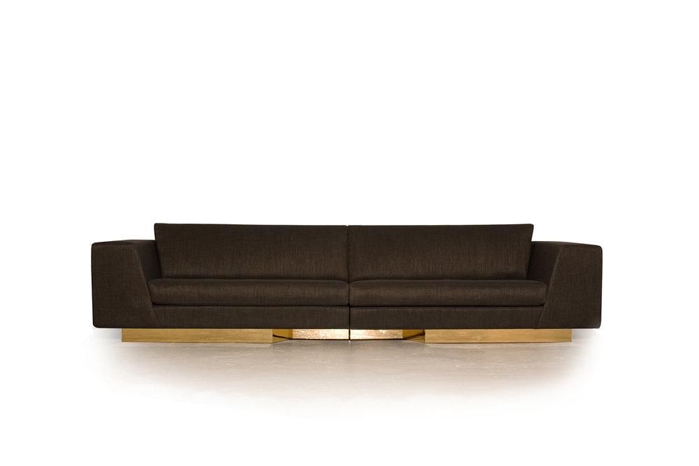 Vue de face du Sofa modulaire, modulable en version 5 places. Base encastré en placage métallique doré, tissu italien provenant de Kvadrat avec fil d'or.