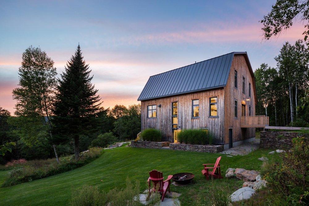 Aménagement et design de l'intérieur d'une ancienne grange, transformée en chalet festif pour accueillir une famille nombreuse ou des groupes d'amis. L'architecture d'origine a été préservée.