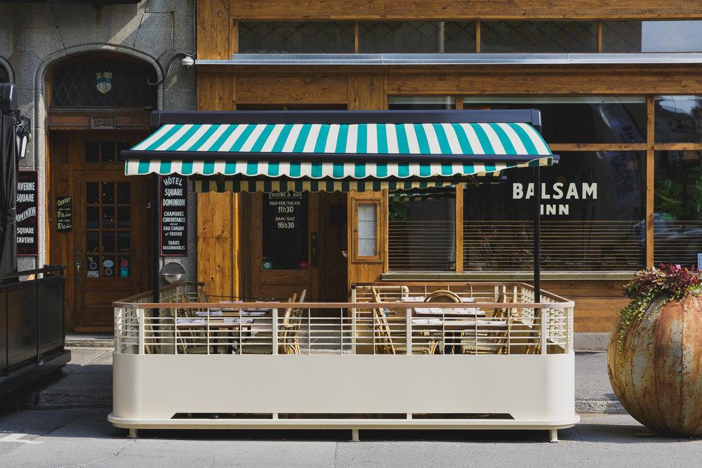 Aménagement d'une contre-terrasse couverte d'un auvent construite en Ipé et en acier peint à la main située au centre-ville de Montréal.