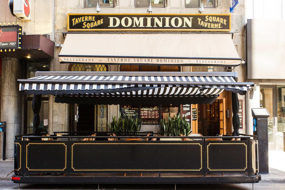 Création d'une terrasse s'intégrant à l'ensemble du projet pour recréer, esthétiquement l'atmosphère d'origine des années 20 du pub Dominion Square Tavern