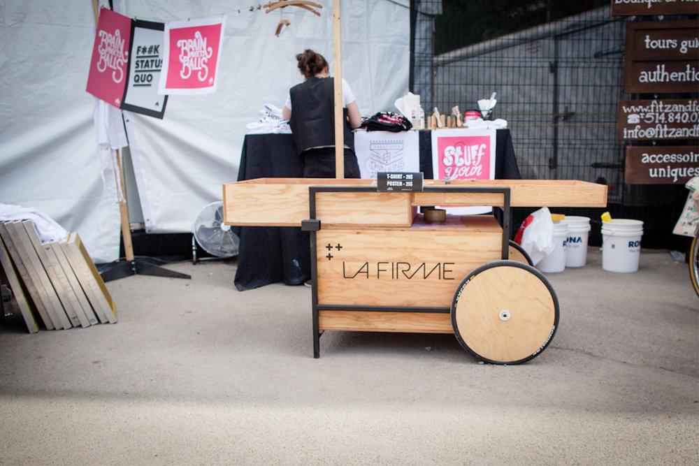 Kiosque, stand ou autre mobilier événementiel réalisé sur mesure pour un événement extérieur lors de C2MTL. Atelier de sérigraphie.
