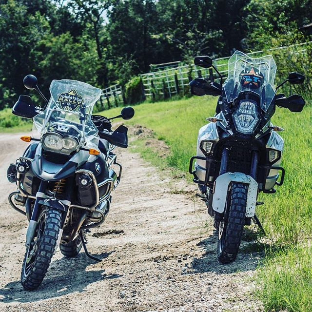 Are the bikes leaning or is the the camera man? Either way those windscreen decals are on point 👌🏻 📷: @the_ktm_brother @rustylane7 @texasdualsportriders #rallydecals #customgraphics #advmoto #dual_sport_adv #texasdualsportriders #bmwmotorrad #ktmusa