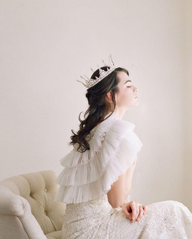 """Breathing dreams like air"" - f. scott fitzgerald | Admiring all the gorgeousness in this. ⠀⠀⠀⠀⠀⠀⠀⠀⠀ .⠀⠀⠀⠀⠀⠀⠀⠀⠀ .⠀⠀⠀⠀⠀⠀⠀⠀⠀ A bridal queen featuring @edenluxebridal captured by @megfishphoto #megfishphoto⠀⠀⠀⠀⠀⠀⠀⠀⠀ .⠀⠀⠀⠀⠀⠀⠀⠀⠀ .⠀⠀⠀⠀⠀⠀⠀⠀⠀ #simple #elegance #bridalgown #crown #bridalaccessories #fineartwedding #blooms #bridal #brides #wedding #weddinginspiration #weddinginspo #oregonwedding #californiawedding #weddingplanner #weddingplanning #prettylittlething #lovely"