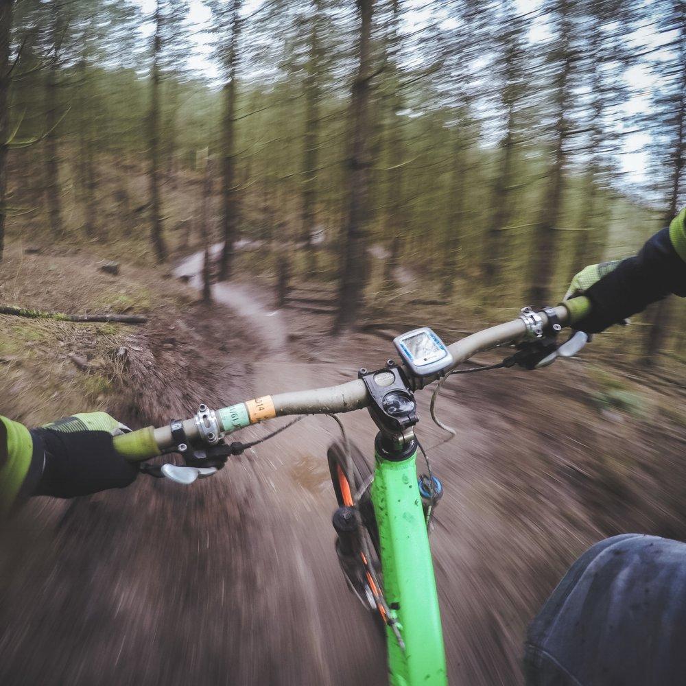 Oplev den smukke natur på to hjul, og bliv blæst godt og grundigt igennem, når I til jeres næste firmaaktivitet skal igennem forhindringsbanen på top fede mountainbikes. -