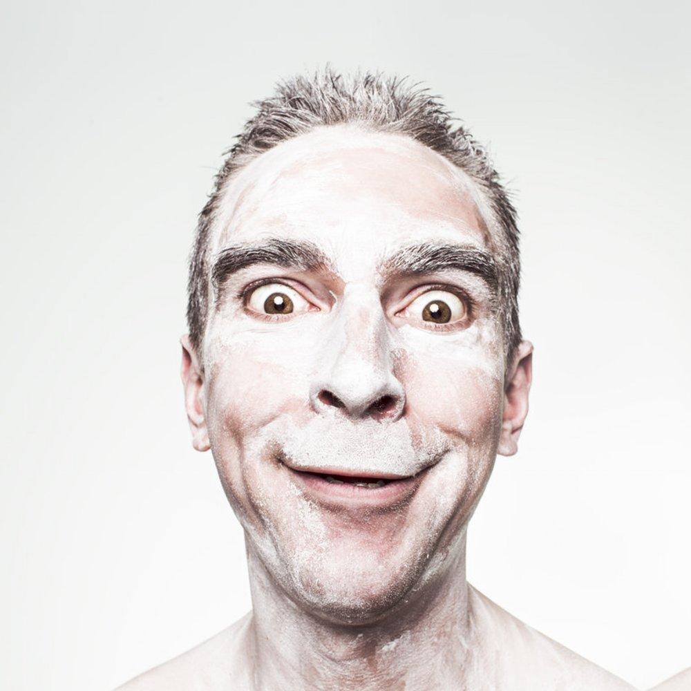 Kan du grine af dine problemer om 10 år, så er de nok ikke så slemme. Hvor kommer latteren fra, hvordan bruger vi den til at skabe bedre fokus og kan man grine på kommando? -