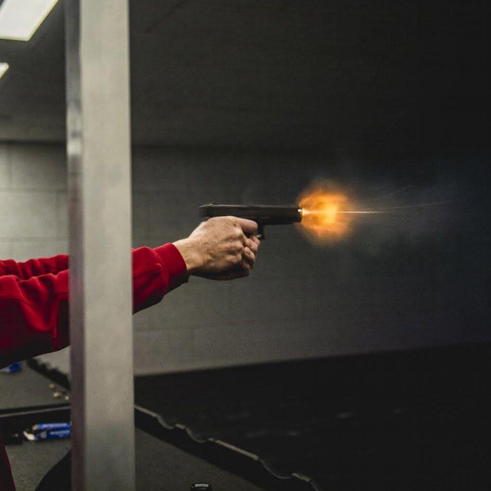 Hvem er hurtigst på aftrækkeren når der skal skydes med skarpt i Skandinaviens vildeste og eneste indendørs skydebiograf? -