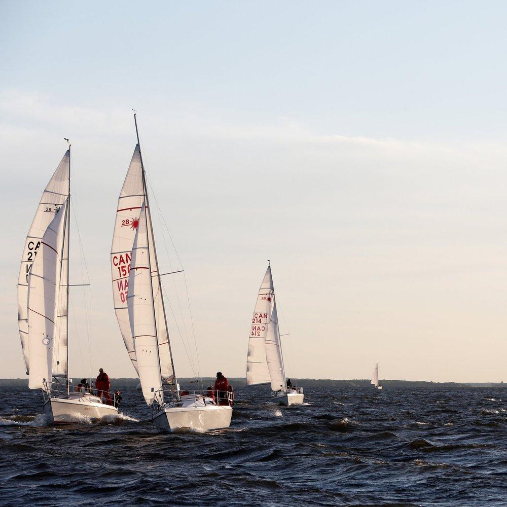 Mærk adrenalinen og vinden i håret, når du i et hæsblæsende tempo med dit hold, skal sejle om kap mod kollegaerne. -