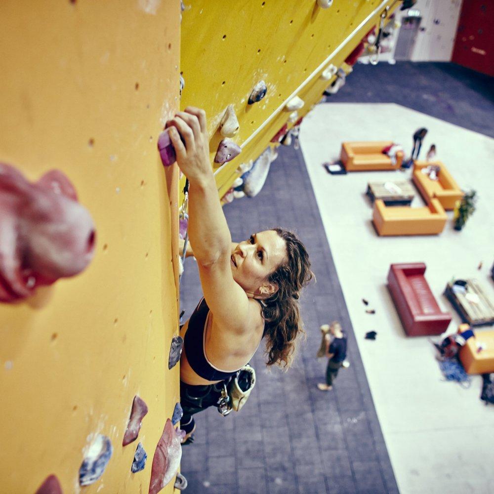 Forsøg jer med udfordrende klatreøvelser i trygge rammer, med en professionel instruktør. -