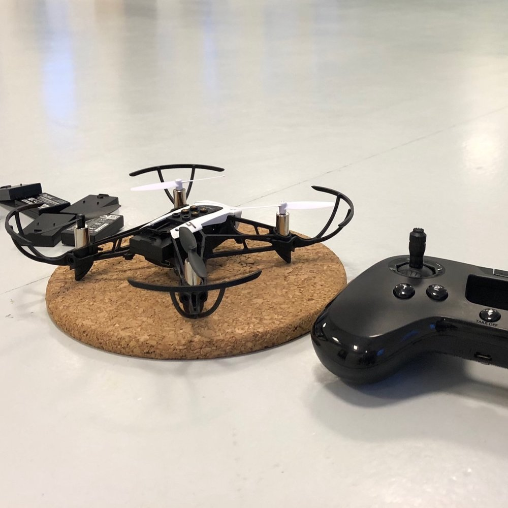 Hvor hurtigt kan en drone egentlig flyve, hvor mange forhindringer kan I komme forbi og hvor præcist kan I lande den. Hvem er teamets bedste til at flyve med drone? -