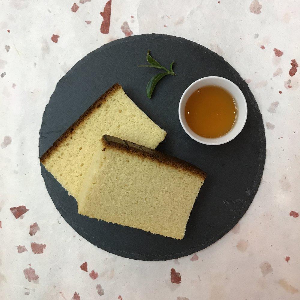 今天的 #下午茶 是什麼呢?準備了甜甜的 #蜂蜜蛋糕 ,配上一杯帶有果香與蜜香的 #東方美人 ,不能再更搭了  #有記名茶  #afternoontea  #teatime  #takeabreak  #絕配  #Taipei1890