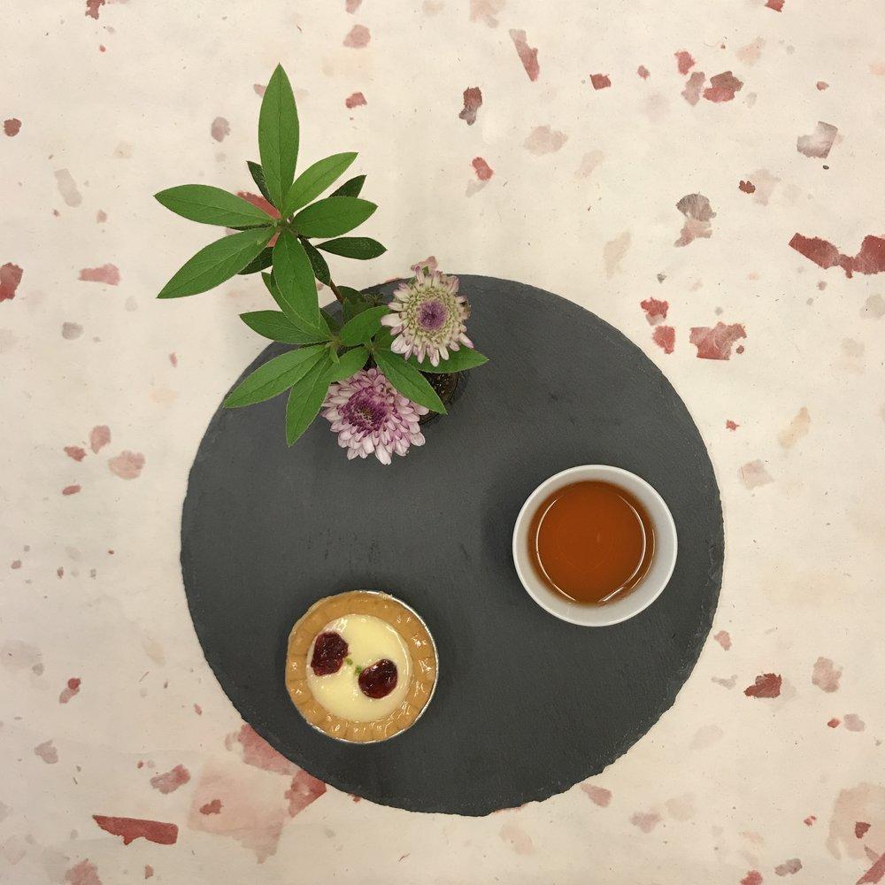 今天的下午茶是什麼呢?在小花園中吃著手工 #起司塔 配 #蜜香紅茶 ,濃郁的起司香氣,在口中慢慢的化開,含入一口帶有自然甜味的台灣蜜香紅茶,兩者交織而成不同的口感,迎接夏天的到來 #yummy  #Taipei1890  #絕配  #takeabreak  #teatime  #afternoontea  #有記名茶  #wangtea  #下午茶