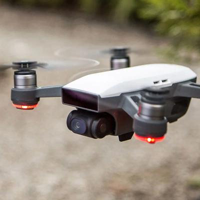 DJI Sparky - É uma opção mais em conta (e menor) para o Mavic. A qualidade do vídeo também diminui, assim como a bateria que dura 15 minutos. Também sugerimos esse modelo, pois é incrivelmente prático e você pilota ele utilizando o celular. Lembre-se de checar as regras e leis locais para voar com drones.