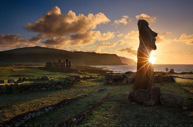 Páscoa é uma ilha vulcânica,o seu território tem uma forma triangular e é o pedaço de terra mais isolado do mundo, no limite da Polinésia Oriental. Segundo Jared Diamond, três erupções vulcânicas deram origem à Ilha há milhões de anos, em épocas diferentes. Desde então, os vulcões permaneceram adormecidos. O mais antigo deles é o Poike, que entrou em erupção há cerca de 600 mil anos, formando o canto sul da ilha. Da segunda erupção surgiu o Rano Kau, no canto sudoeste da ilha. Por último, a erupção do Terevaka, localizado no canto norte da ilha. .Pic by @seanbagshaw . . . . . #easterisland #easter #island #travel #trip #blogger #travelblogger #travelphotography #picoftheday #photography #like4like #likeforlike #like4follow #photooftheday #photographer #places #wunderlust #viagem #ferias #mytrip #rabbit