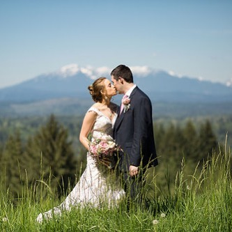 Obsessed with this #snohomishwedding with a Mountain View. Does your wedding venue have a specific view? We love #mountainweddings #beachweddings and everything in between. #seattle #snohomishweddingvenue #snohomishweddings #outdoorbride #gws #greenweddingshoes #oncewed #seattlebridemag #seattlebride #brideandgroom