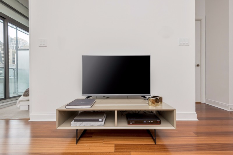 Yorkville Deluxe Suite Television, hardwood floors