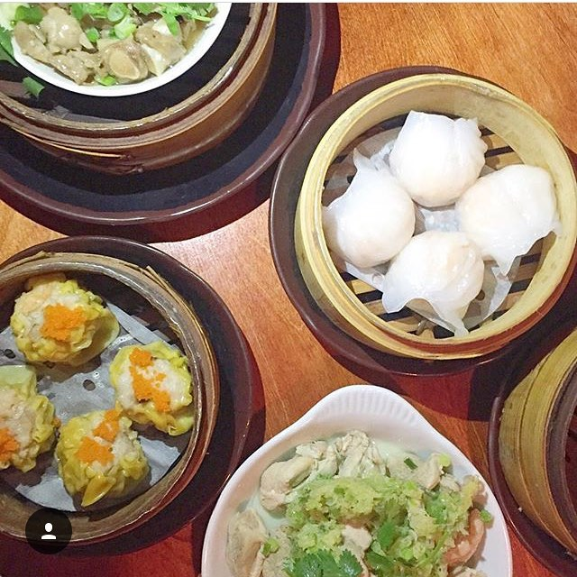 Love this shot! Thanks and Regram @foodiexcollective! Clockwise: spare ribs, crystal #shrimp #dumplings, #hainanchicken, pork and shrimp #shumai #bao #dimsum #baodimsum #baodimsumrestaurant #chinesefood #asianfood.