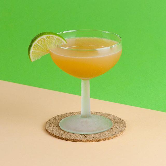 Le simple, mais ô délicieux, classique Daiquiri. 👏🌴 ~ 2oz @barbancourtrhum agricole blanc 1oz jus de lime frais 0.5oz sirop de sucre de canne
