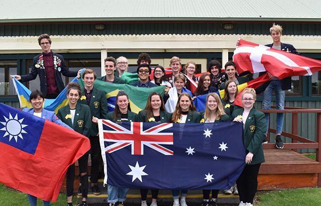 Tjeena! Jag har varit på utbyte i Australien i ett år! Och Ska lite kort sammanfatta mitt år 😁 Folket i Australien och speciellt Rotary är alla jättesnälla och älskar att höra vad du har för accént på engelska. Rotary organiserade ungefär 5 läger under året där alla utbytesstudenter i vårat distrikt kunde träffas och min Host-Club va jättebra dom hjälpte mig med allt och var alltid väldigt snälla och pratglada. Naturen och djuren i Australien är fantastiska även om typ alla djur kan döda en😅 mitt utbytesår i Australien är något jag starkt rekommenderar för andra att också göra för de kommer vara en upplevelse som du aldrig kommer glömma och du kommer ta nytta av allt du lärt dig under året för resten av ditt liv. 🇦🇺❤️