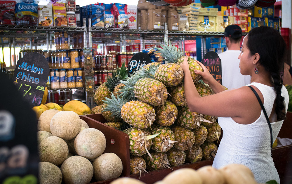 shopping-for-pineapples-in-spanish