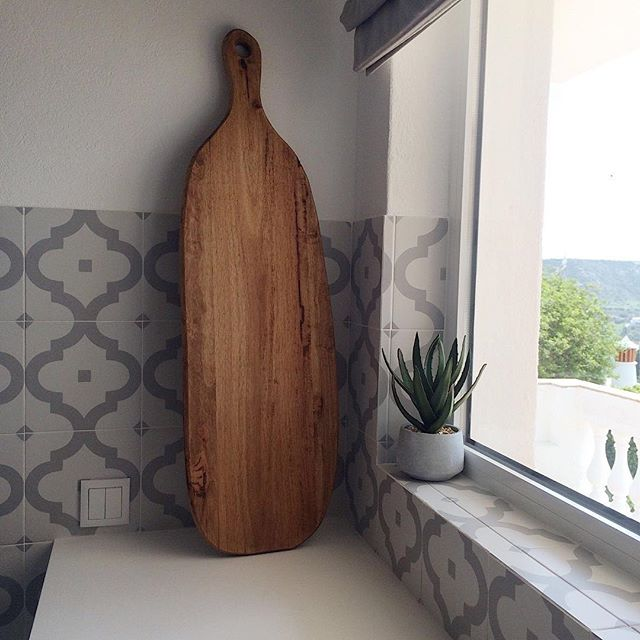 Love this HUGE I mean it is GINORMOUS chopping board my sister bought in Portugal 😍 @beach.boutique_ I haven't seen any that big over here if anyone has let me know.  Thanks 😊. If it wasn't for airlines weight restrictions there would have been a couple bundled in my suitcase 🙄😂. If you look closely you can see the sea 🌊😍.⠀ ⠀ #choppingboards #cuttingboard #servingboard #vintagechoppingboards #kitchenware #kitchenessentials #kitchendesign #kitchentiles #tiles #patternedtiles #kitchenalia #myhousethismonth #kitchendetails #rustcinteriors #rustickitchen #rustichome #kitchenlife #myrustic #modernrustic #rustichomedecor