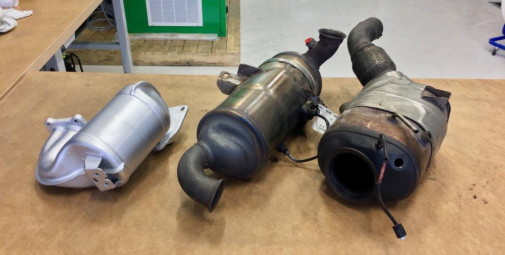 Partikelfilter kommer i en mängd olika storlekar och utformning. Här är tre olika till Nissan, Peugeuot och BMW.