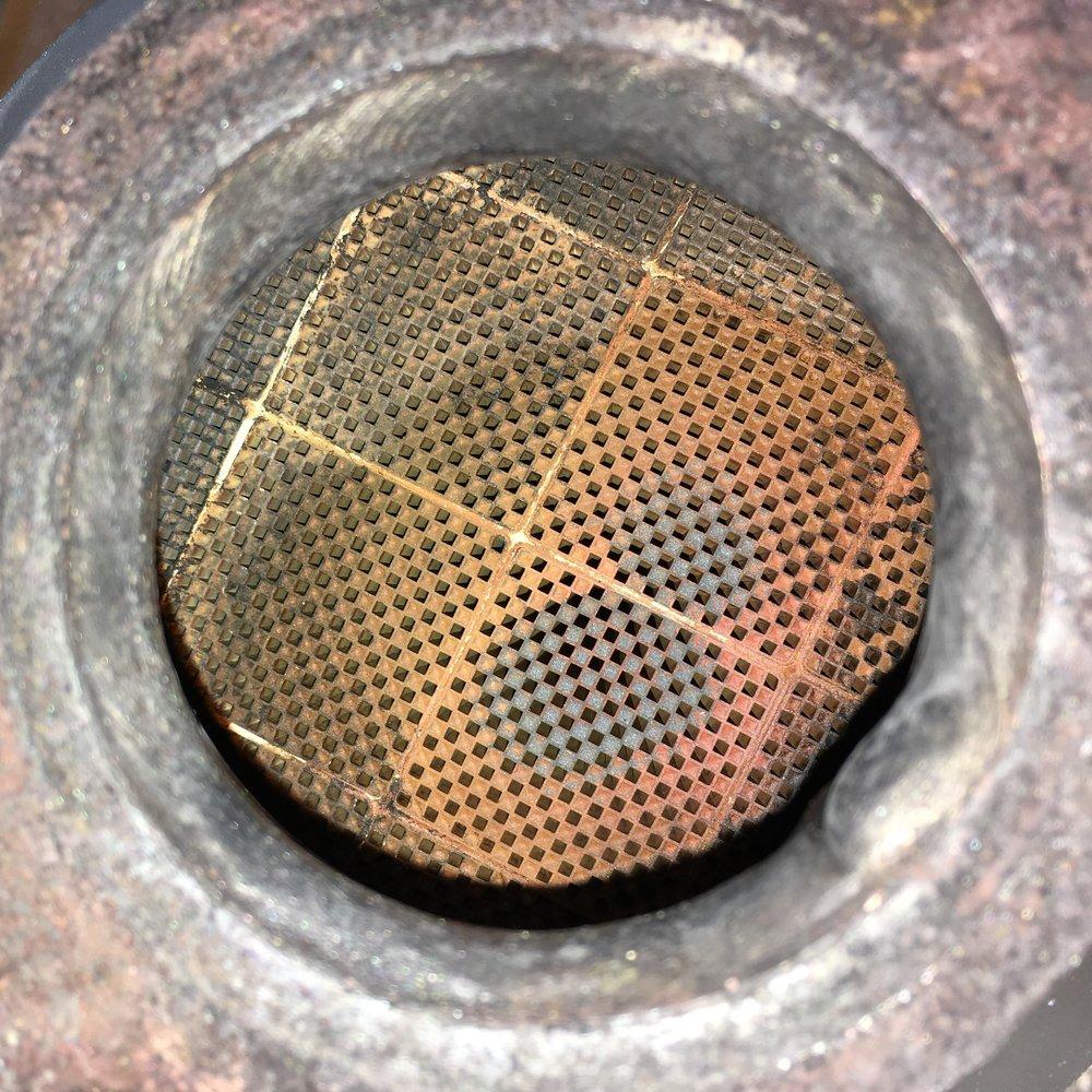 Partikelfiltret efter Filter Refresh rengöring. All sot och aska är borttagen och flödet i filtret är helt återställt. Den röd-bruna färgen kommer från det additativ som används av fordonet.