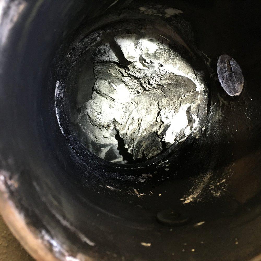 Det vita på bilden är AdBlue som kristalliserats in en SCR-katalysator till ett tungt fordon. Det blockerade ca 75% av avgasflödet och fordonet hade dessutom felindikering för otillåtet höga NOx-utsläppsnivåer. Filter Refresh tog bort all kristalliserad AdBlue,och efteråt var flödet återställt till normal nivå och utsläppskraven möttes. Utöver att fastna i inloppet, som på bilden, finns det även kristalliserad AdBlue i själva katalysatorgångarna vilket Filter Refresh också åtgärdar.
