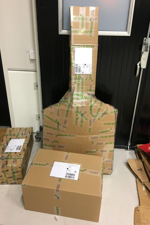 Packat i kartonger och väntar på upphämtning av DHL för leverans direkt till kundens verkstad.